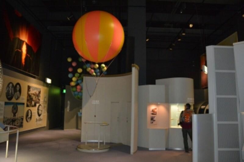 気球が展示される1F研究室入口