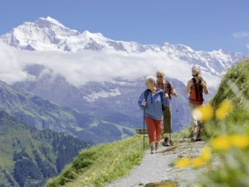 スイス人はハイキングが大好き。天気の良い日には老若男女がスイスアルプスを自分の足で楽しむ