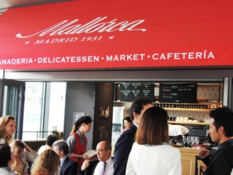 赤いテント、入口のカフェ&バーが目印