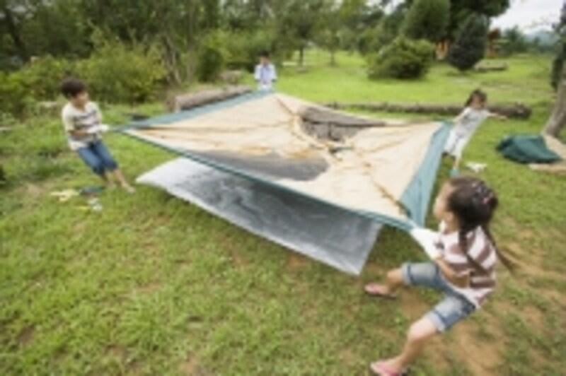 家族でテントを設営