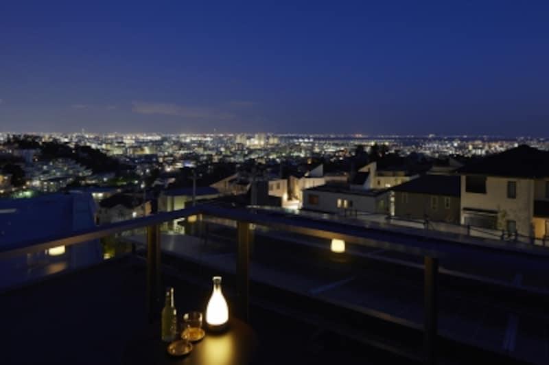 都市型住宅でも、屋上に上がれば、空を独り占めしているかのような気分に浸れます。心地よい風を感じて気分もリフレッシュできるでしょう