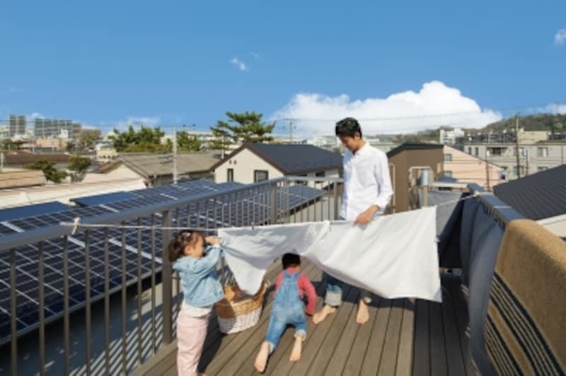 洗濯物を干すといったいつものお手伝いも、屋上でパパと一緒なら、楽しい親子のコミュニケーションにもつながりそうです