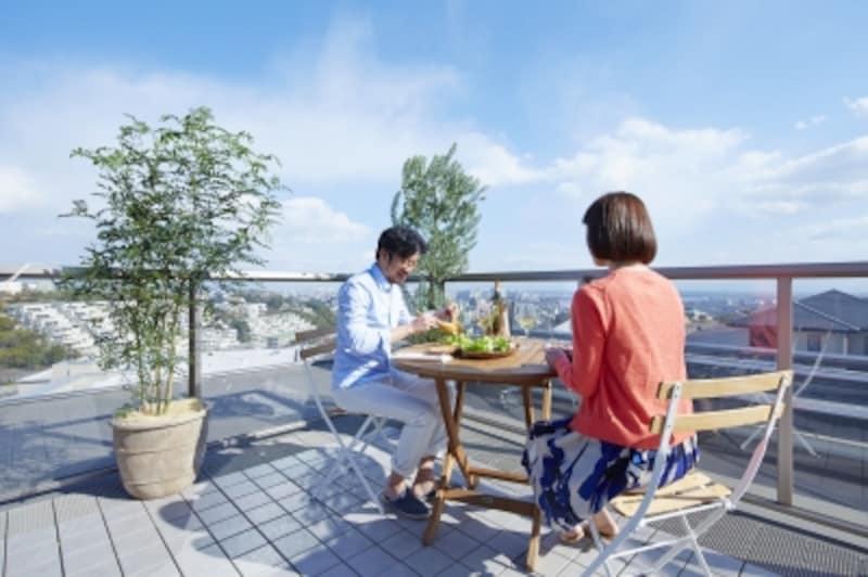 家族と、あるいは親しい友人を交えて屋上で食事をするのは、開放的な気分にもなり楽しさ倍増です。いつもより会話がはずみそうです
