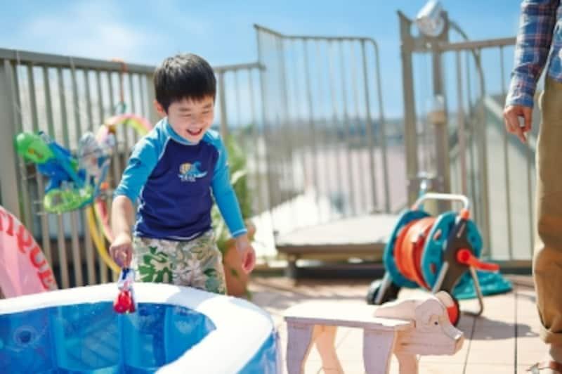 ビニールプールを出して子どもと一緒に、水遊びは楽しいものですが、そのためには、屋上に水道を引いておくのを忘れずに