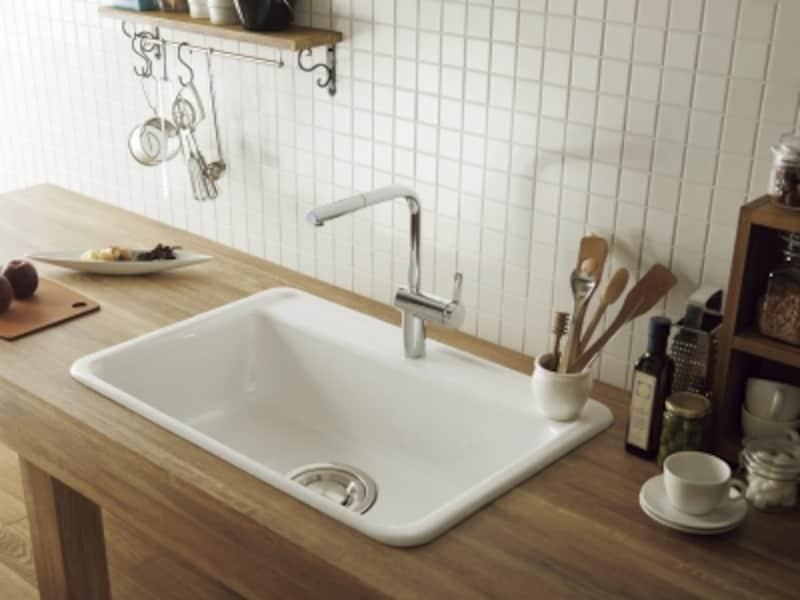 風合いが魅力の鋳物ホーローのシンク。木製カウンターに合わせてナチュラルなキッチンに。[CEL518Sシングルシンク]undefinedundefinedセラトレーディングundefinedhttp://www.cera.co.jp/