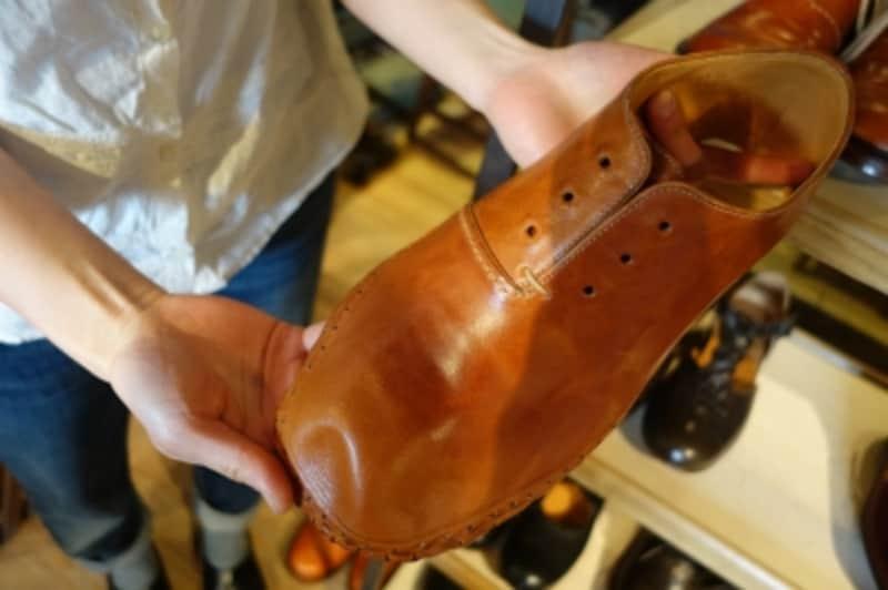 こんな風に作業工程を見せてくれるのも嬉しい。靴作りのしくみについて丁寧に説明してくれる