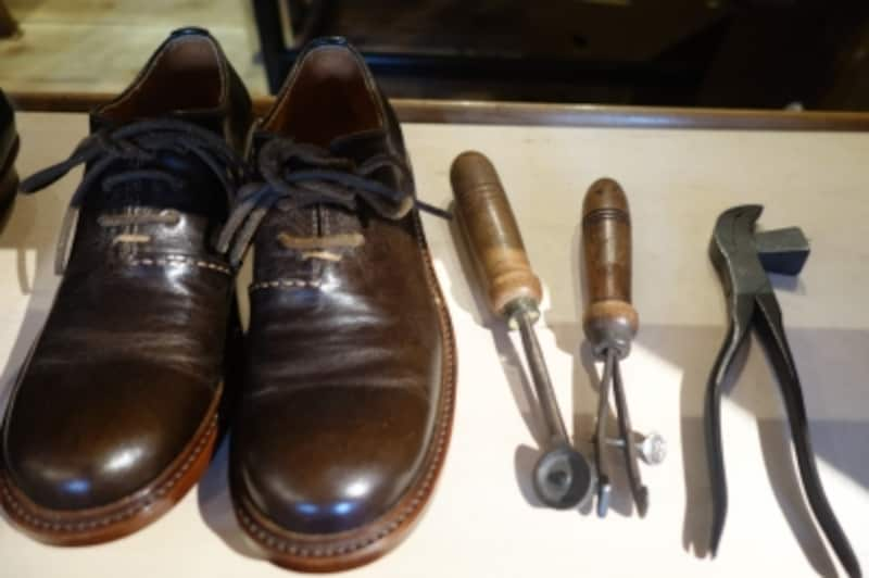 右にあるのは靴の革底を作るための道具