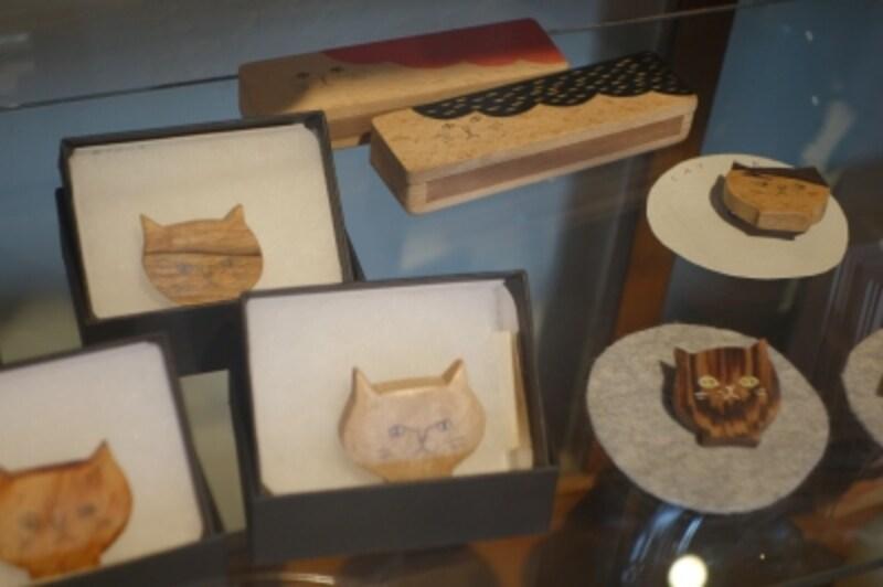 ネコちゃんグッズもあります。木工作家サノアイさんのネコブローチも人気