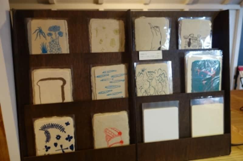 鹿児島の「しょうぶ学園」の工房で漉いた和紙にシルクスクリーンでイラストを付けたポストカードたち