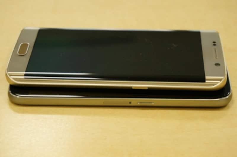 サイド部分の比較。S6は右サイドにSIMスロットがありますが、edgeは本体上部となります。エッジスクリーンでサイドが薄くなっているため、SIMスロットの位置が違う仕様になったと思われます。