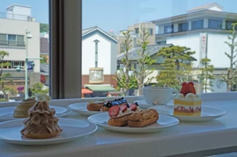 2Fカフェの窓際の席からスイーツを撮影