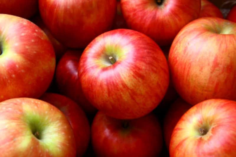 フルーツはお菓子やケーキに比べて断然低カロリーです。しかも噛みごたえもあり、水分も豊富なので食べごたえがあるため、食べ過ぎたりすることも少ないはず!あなたのまわりで、リンゴを食べ過ぎて太った人、いますか?!