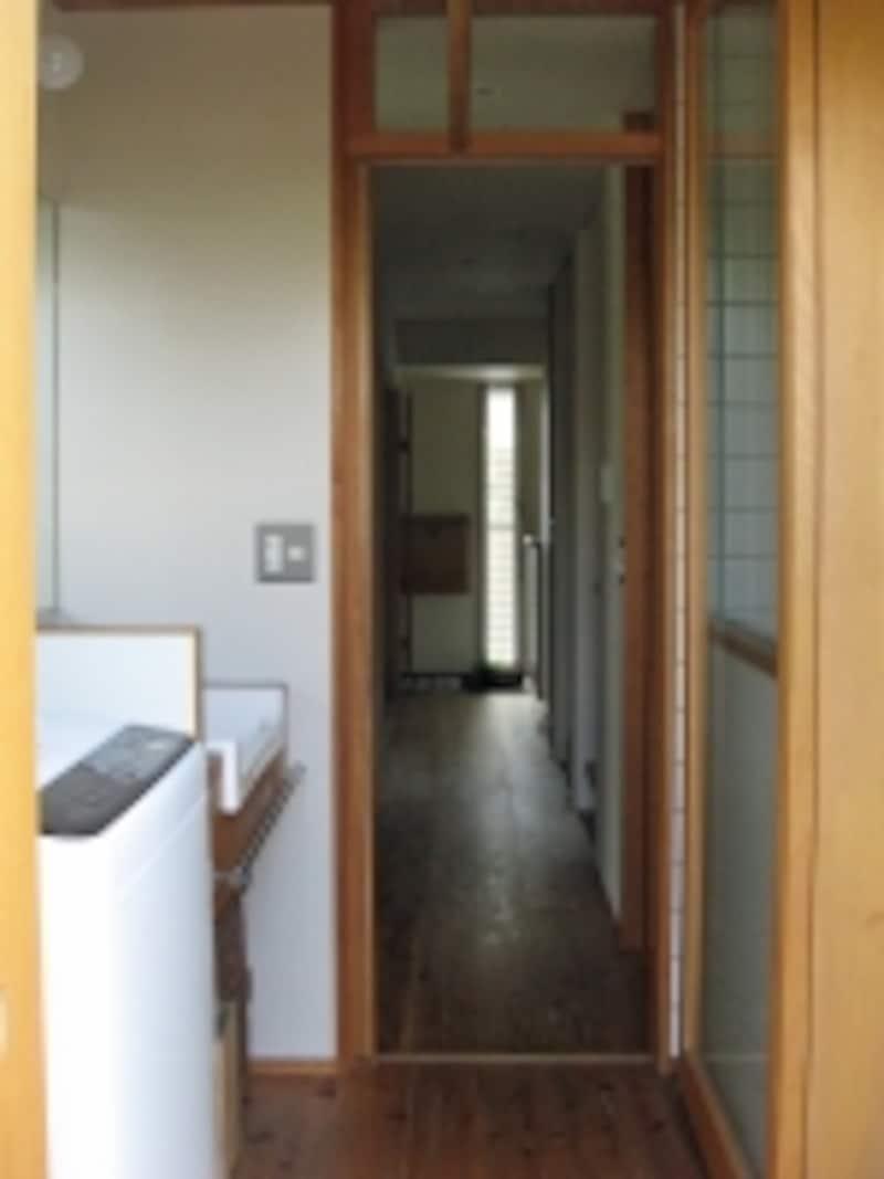 左手前の洗濯機は、玄関から続く細い中廊下を通り、ギリギリ引戸の出入り口を通ってやってきた
