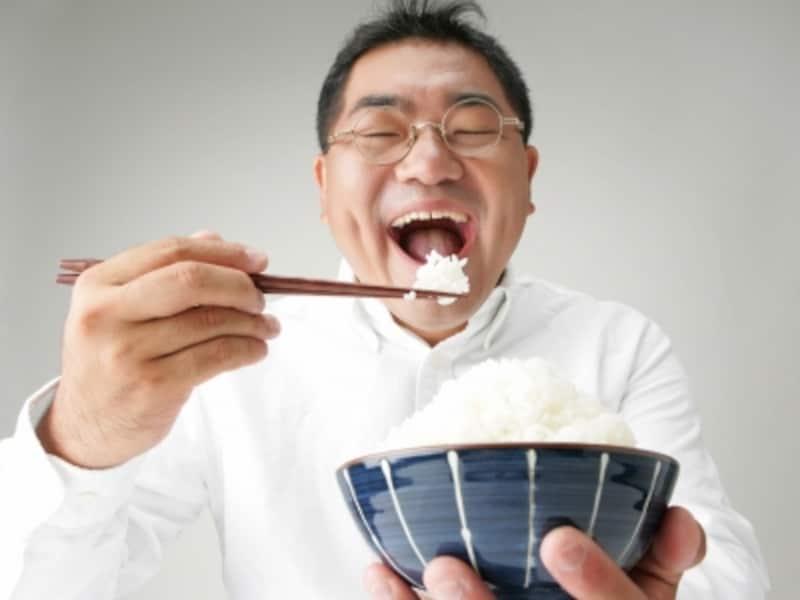 ごはんを美味しく食べる男性のイメージ