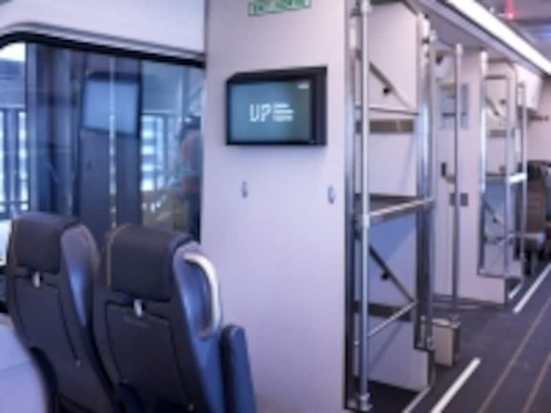 各車両に設置されている荷物置き場(C)Metrolinx