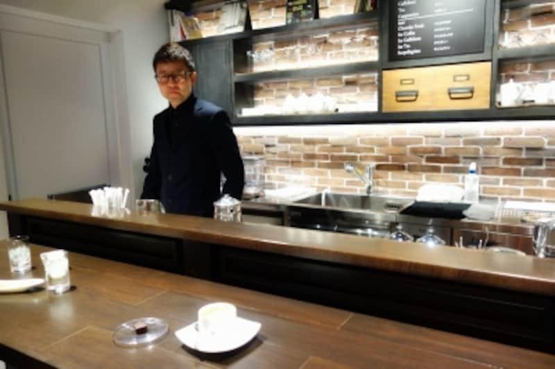 店内奥のカウンターがカフェスペースに