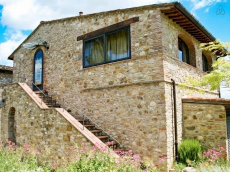 イタリアらしい石づくりの外壁が特徴的