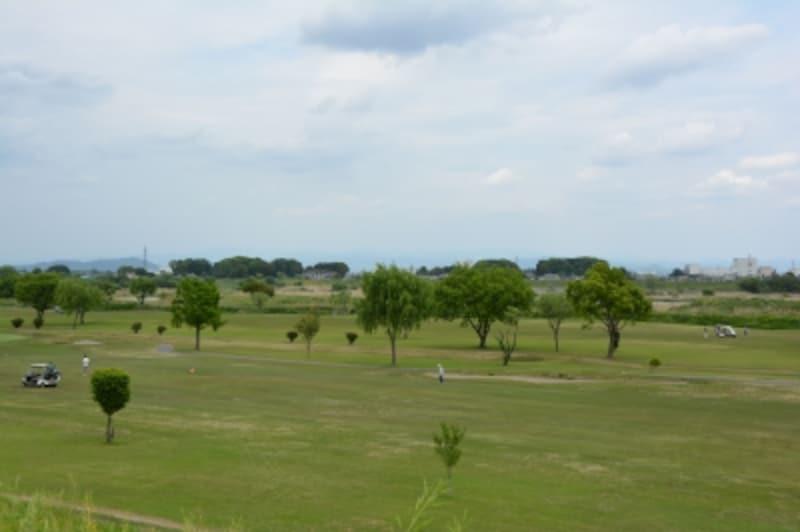利根川のグリーンを巧みに利用した妻沼ゴルフ場