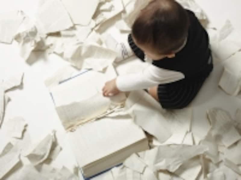 本を破く子ども