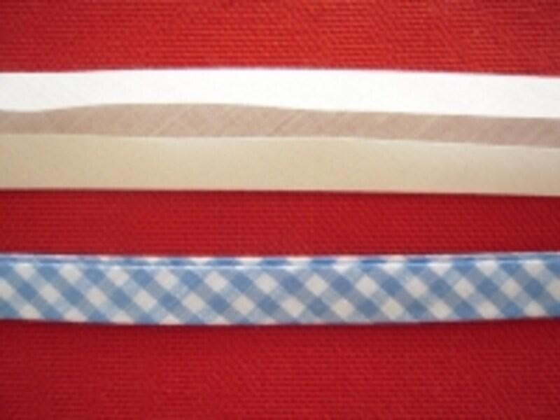 画像上側は両折タイプ、下側は縁取りタイプのバイアステープ。両折タイプを内側に二つ折りすれば、縁取りタイプになります
