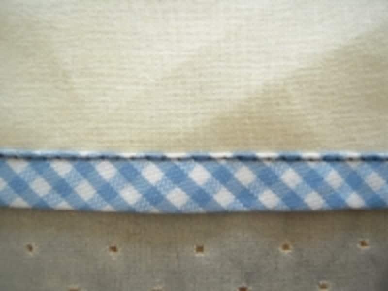 画像はわかりやすくするために、黒い糸で縫っていますが、実際はバイアステープの色にあったミシン糸を選んでください