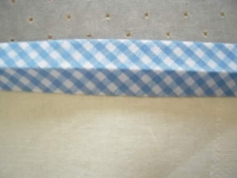 布を挟むようにして、テープを裏側まで折ります