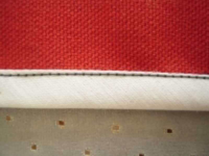 次にテープを布の表まで折り返し、表側からミシンをかけます