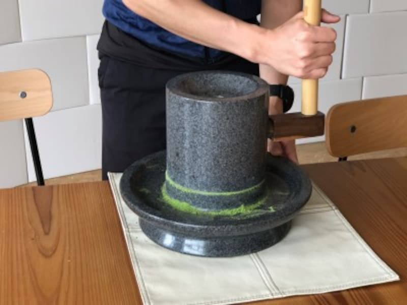 茶葉の挽き臼体験