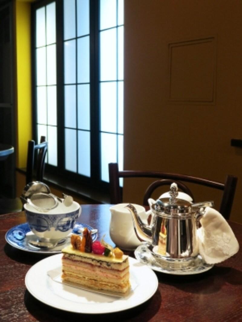 黄色い壁が印象的。ドラマの中ではガラスに装飾が施されていました