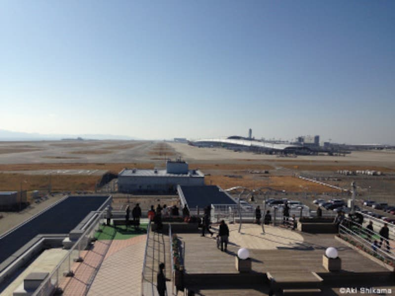関西空港の第1ターミナルと第1滑走路が一望できる「関空展望ホールスカイビュー」