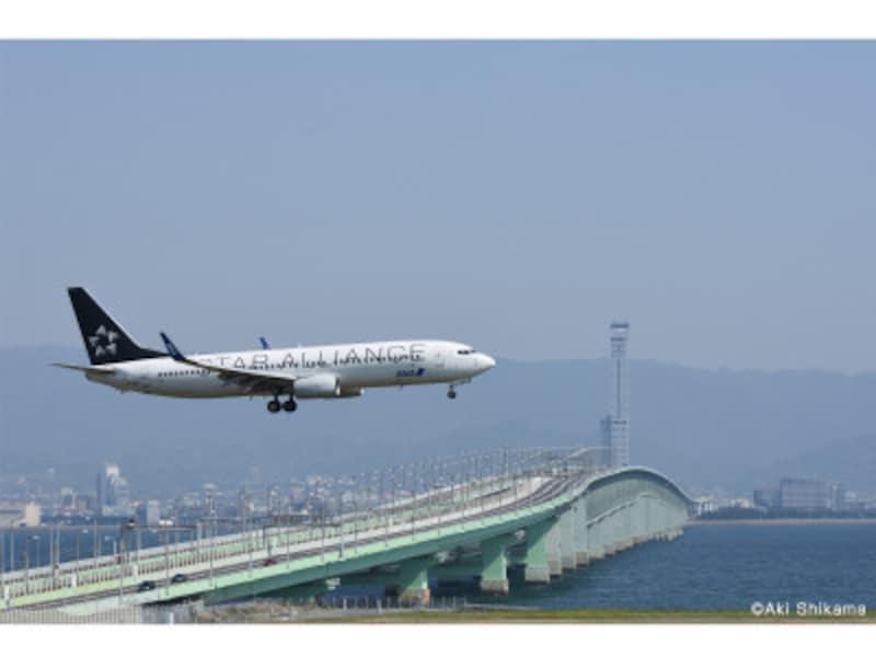 連絡橋をバックに着陸してくる機体を撮影する、関空ならではのショット