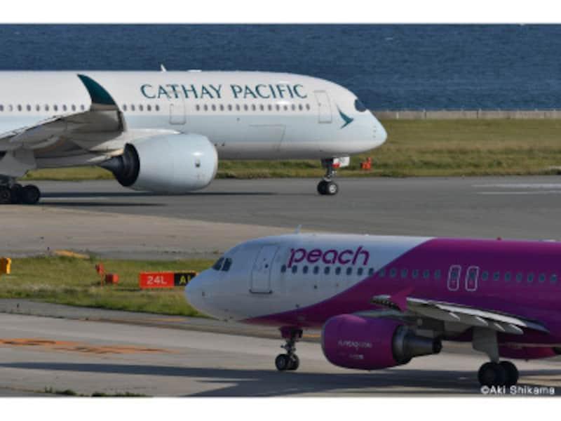 関西空港の滑走路を移動中の機体が2機。2機3機と一緒に撮るとバリエーションが広がります