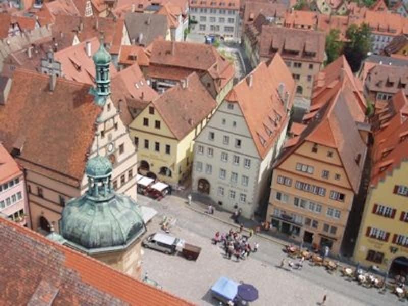 市庁舎の塔から眺めるローテンブルク。レンガ色のかわいらしい屋根が一面に広がります
