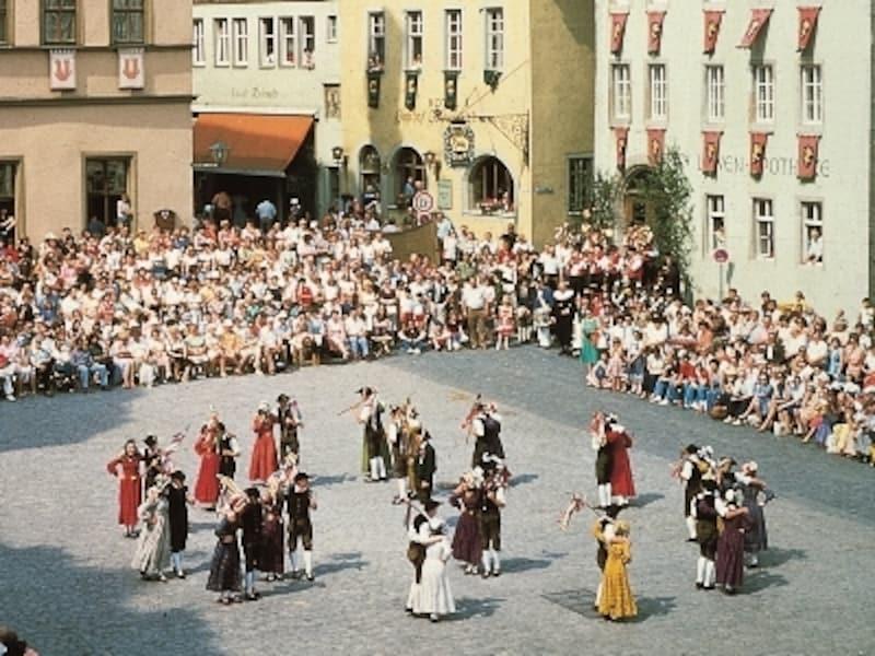 民族衣装をまとった市民によるダンス©RomantischeStrasseTouristik-ArbeitsgemeinschaftGbR