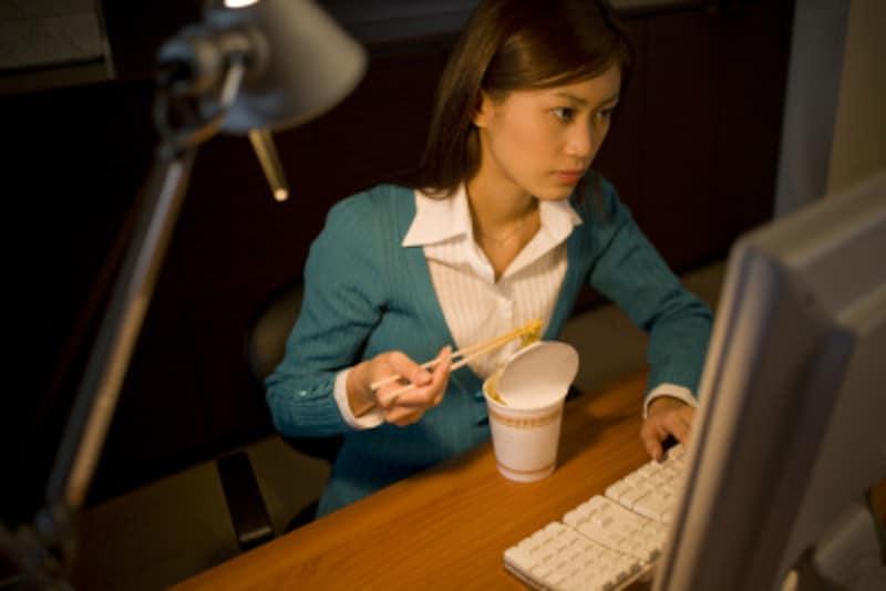 残業する女子社員