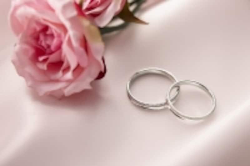 花束と指輪2つ