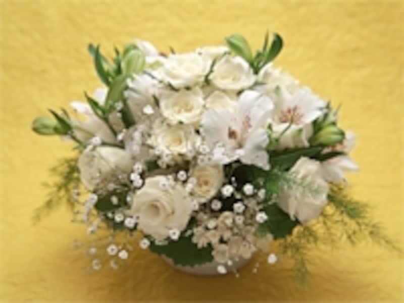 供花を贈るときは、まず遺族へ相談します。宗旨・宗派によって規制がある場合もありますし、地域によっても考え方が異なります。