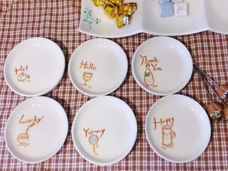 小皿や大皿に描いたイラストの食器にお菓子を盛り付け