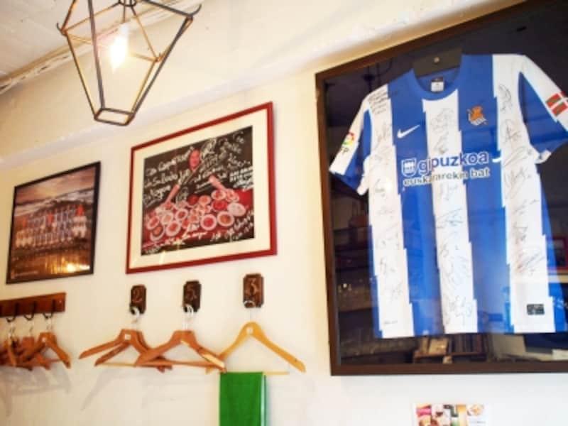 サイン入りユニフォームなど、サッカーグッズが店内のあちらこちらに