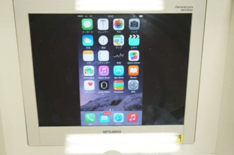 iPhoneの画面を出力している例(プロジェクターの代わりにモニターを使用)