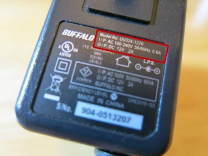 100-240ボルト対応のACアダブター。日本で販売されているものであっても、世界仕様のものは英語表記のみの場合あり