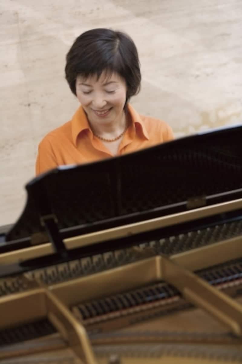 女性がピアノを弾いている写真