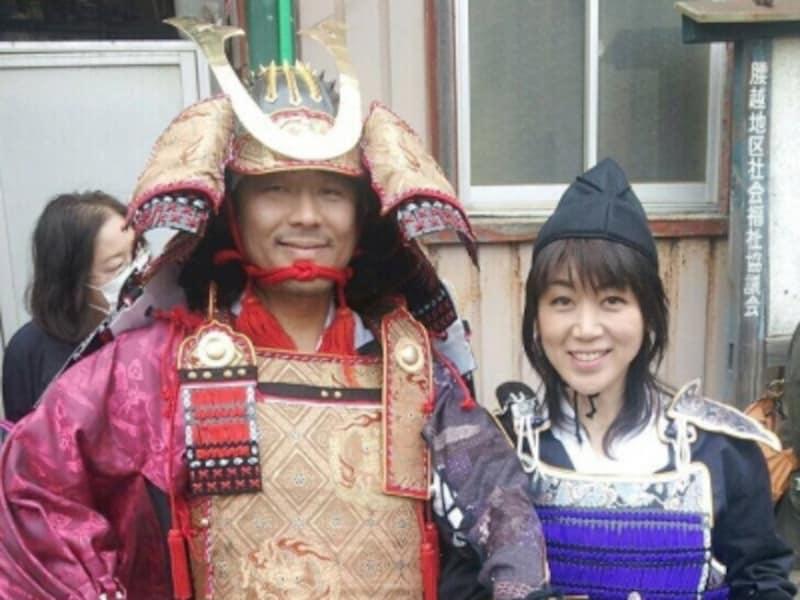 「鎌倉もののふ」を主宰する鎌倉智士さんと妻の純子さん。鎌倉姓は本名で、平安時代後期の武士・鎌倉権五郎景政の末裔という
