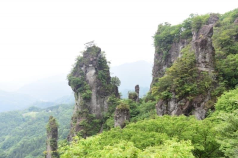 不思議な形をした山々や奇岩が立ち並ぶ妙義山の奇景