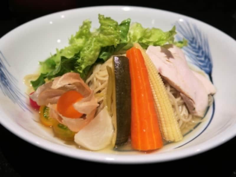 「支那そばや」の2015年の夏季メニュー「冷やし麺(980円)」(2015年6月7日撮影)