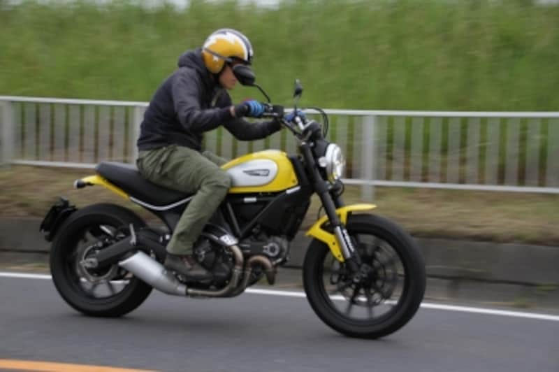 現代のストリートシーンに映えるスポーツバイク。ビジュアルはもちろん、性能も一級品!