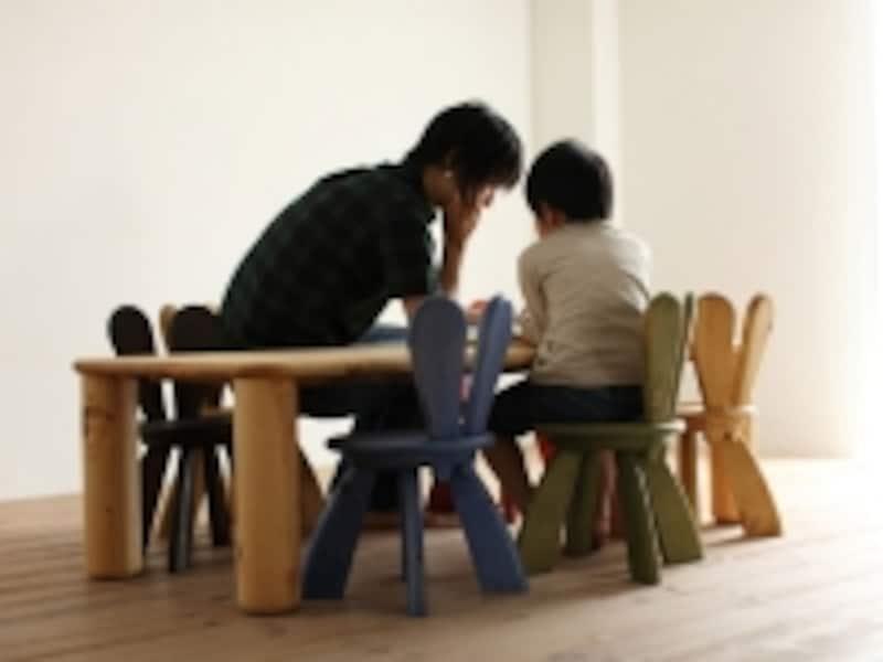 広松木工キッズラビットチェアに親子で座る様子