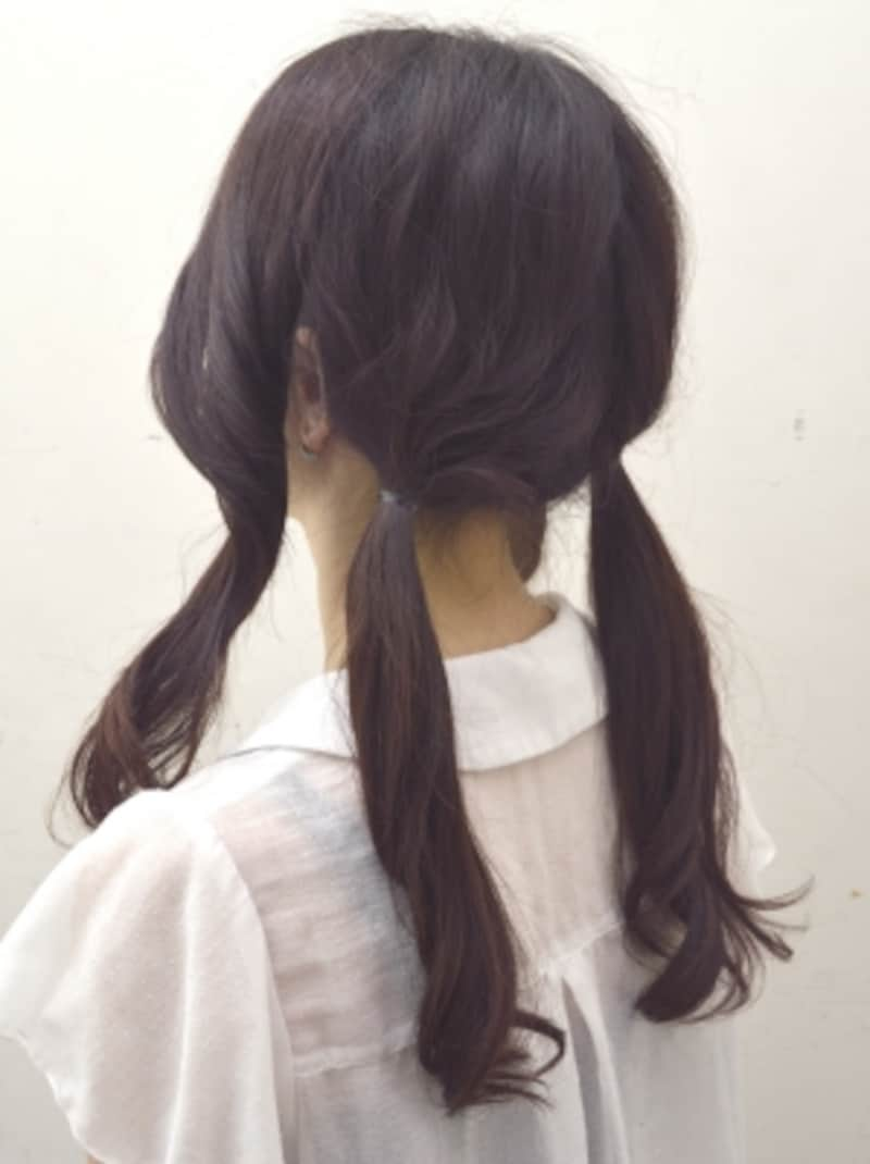 後ろの毛束を2つに分けて結ぶ