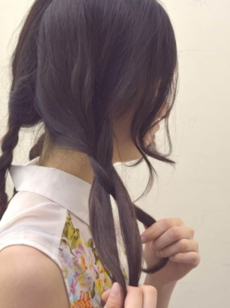 手ぐしで髪を3等分して三つ編みを作る