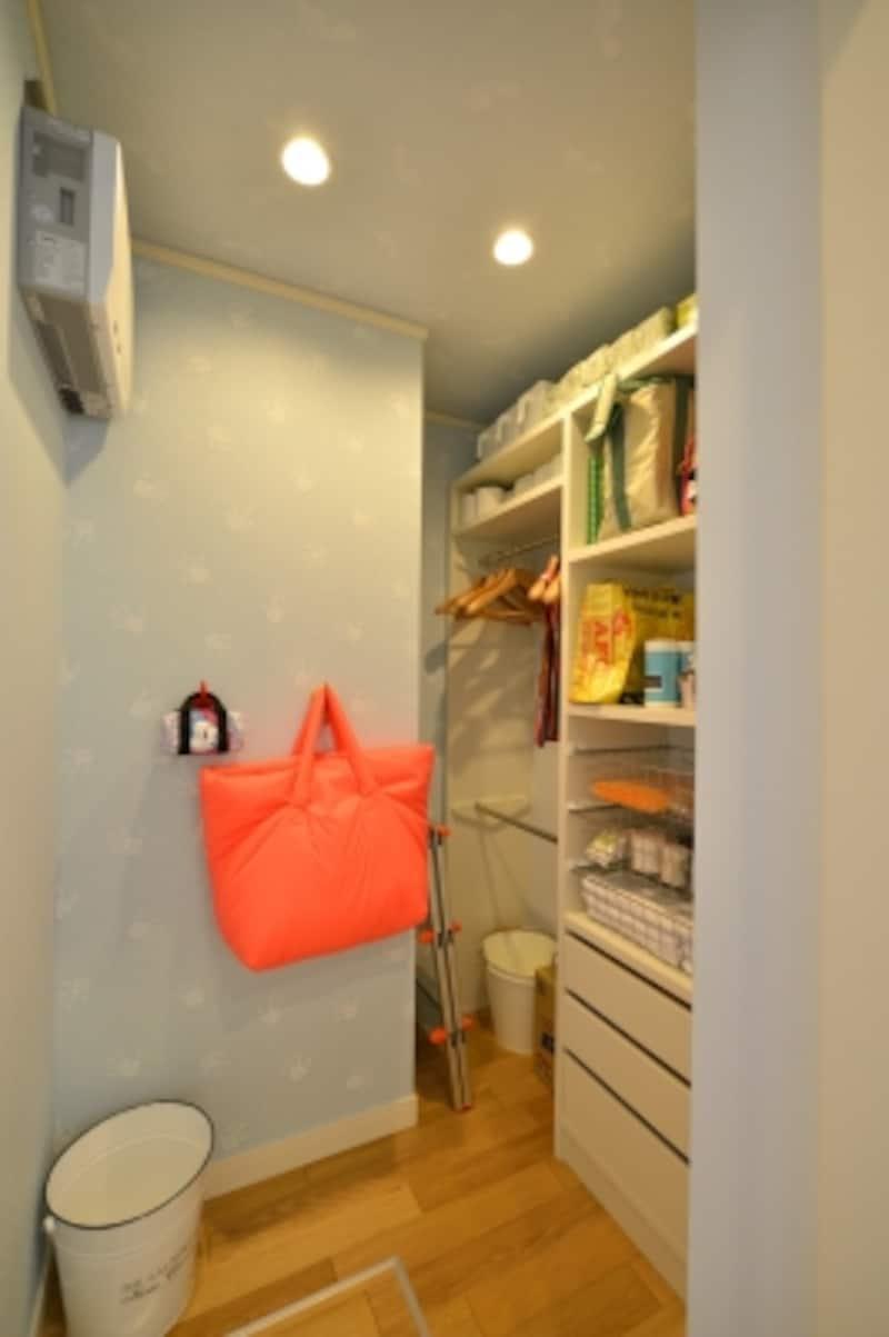 ファミリークローゼットは、タオルや下着、買い置きの洗剤類の収納や、外出着の一時置きスペースに